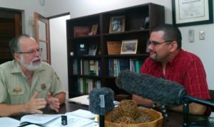 Entrevistando al Dr. Lugo (izq.). El autor del podcast a la derecha.