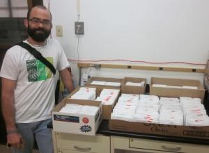Joel A. Mercado con sus muestras (¡que incluyen especies nuevas!)