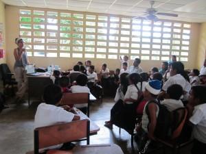 Shakira educando sobre delfines a los niños de la Comunidad Buena Esperanza (Bocas del Toro, Panamá)