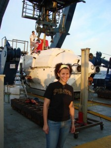 Melitza frente al submarino Alvin