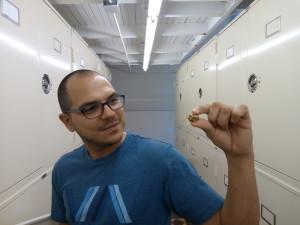 Angelo mostrando un cráneo de murciélago